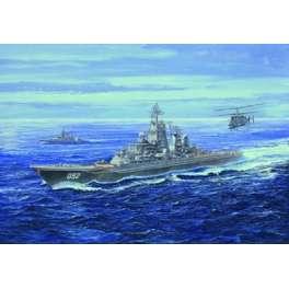 CROISEUR DE BATAILLE USSR KIROV. Maquette de navire de guerre. Trumpeter 1/700e